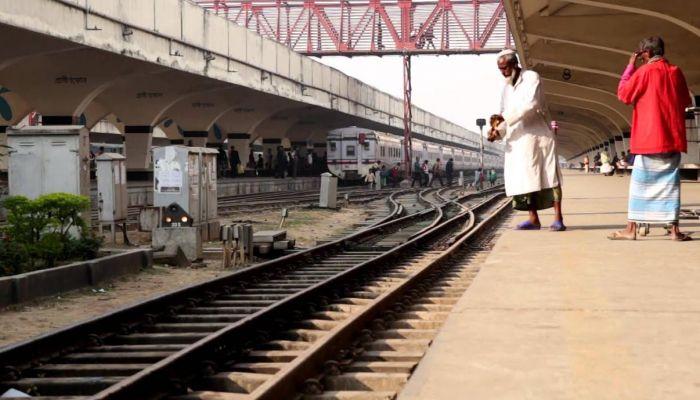 কমলাপুরে ট্রেনে কাটা পড়ে কিশোরের মৃত্যু