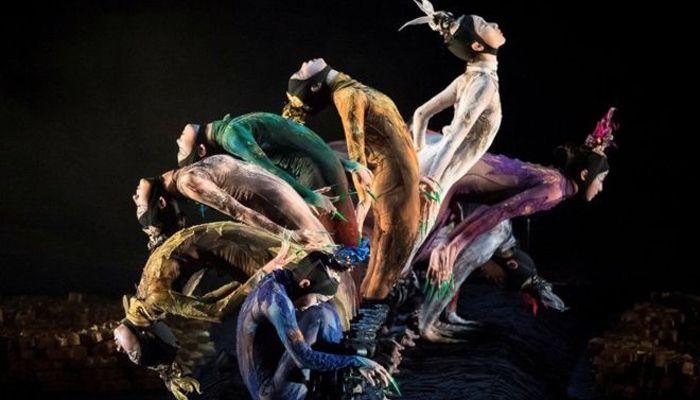 রাশিয়ার রাজধানী মস্কোতে আন্তর্জাতিক নৃত্য উৎসব 'ইন্টারন্যাশনাল কনটেম্পোরারি ড্যান্স ফেস্টিভ্যাল' চলাকালীন সেখানে নাচ পরিবেশ করছেন চীনের নৃত্য শিল্পীরা। ছবি: রয়টার্স