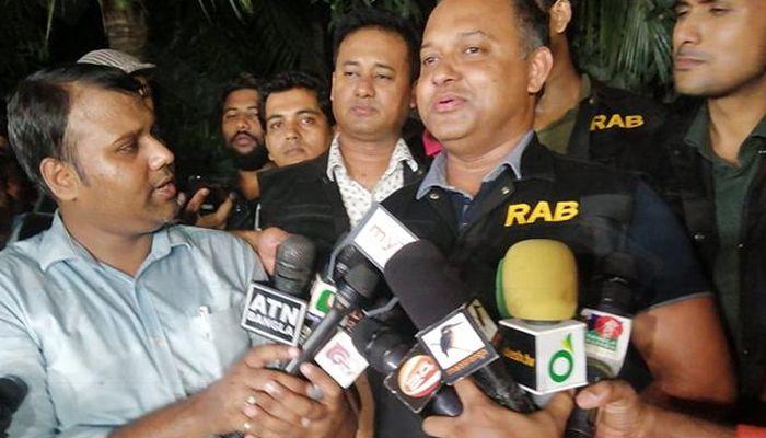 অভিযান শেষে সংবাদ সম্মেলনে র্যাব-২ এর সিও আশিক বিল্লাহ। ছবি: সাম্প্রতিক দেশকাল