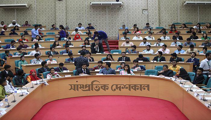 ঢাবির সিনেট ভবনে আজ শনিবার 'যুব ছায়া সংসদ' এর অষ্টম অধিবেশন অনুষ্ঠিত হয়।  ছবি: সুশোভন অর্ক