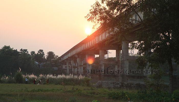 হোসেনপুর উপজেলার খুরশিদ মহল সেতু এলাকায় সূর্যাস্ত। ছবি: আকিব হৃদয়