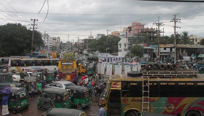 চট্টগ্রাম নগরীর অক্সিজেন মোড় এলাকায় দীর্ঘ যানজটে বিপর্যস্ত জনজীবন। ছবি: ইমরান সোহেল