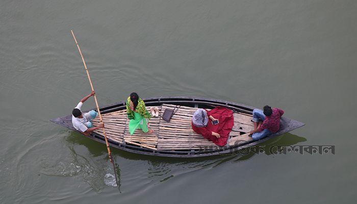 কিশোরগঞ্জের হোসেনপুর উপজেলার ব্রহ্মপুত্র নদে নৌকা ভ্রমণে কয়েকজন। ছবি: আকিব হৃদয়