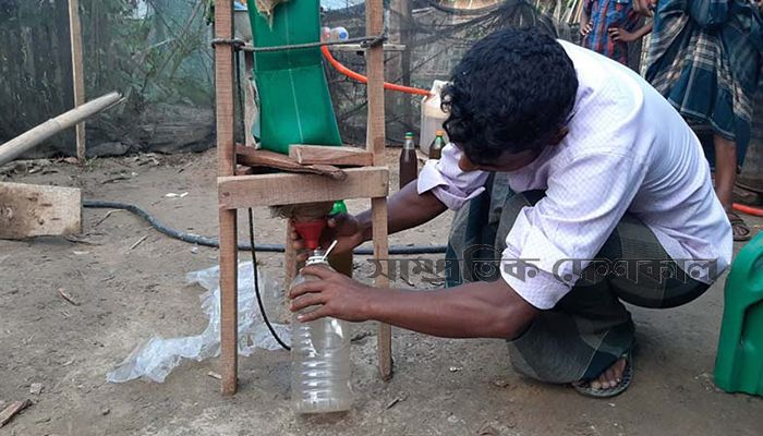 জ্বালানি উৎপাদনের কাজ করছেন মো. শফিক। ছবি: সাম্প্রতিক দেশকাল