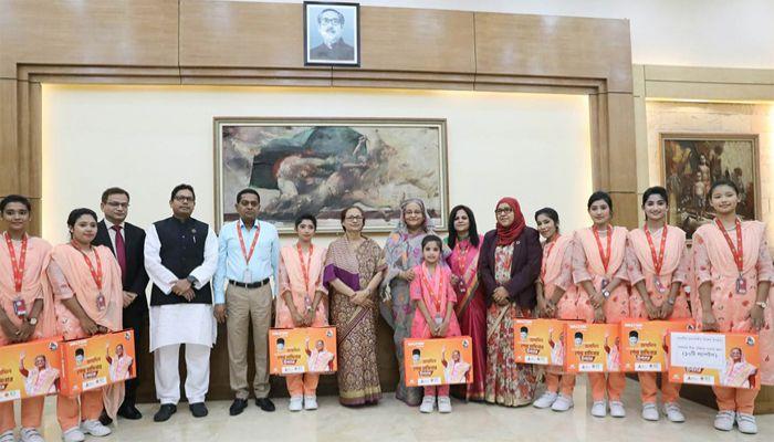 সরকারি শিশু পরিবার, ঢাকার সদস্যদের উপহার দিয়েছেন প্রধানমন্ত্রী শেখ হাসিনা। ছবি: পিআইডি