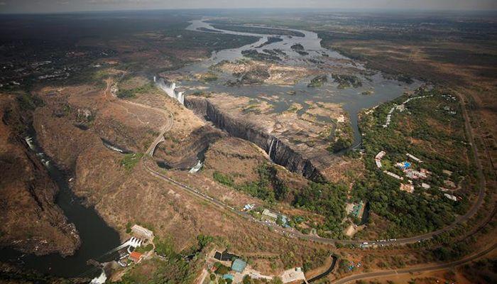 জাম্বেজি নদীর শুকনো অংশটি ভিক্টোরিয়া জলপ্রপাতের জাম্বিয়ান অংশের। ছবি: রয়টার্স