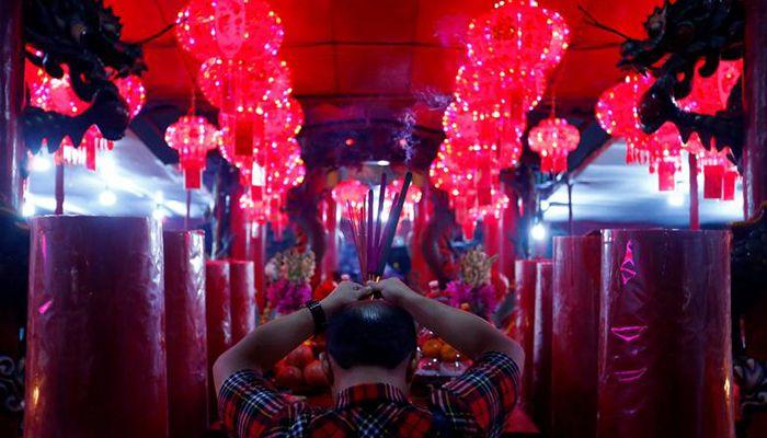 জাকার্তার একটি মন্দিরে নববর্ষের প্রাক্কালে প্রার্থনা করছেন এক ব্যক্তি। ছবি: রয়টার্স
