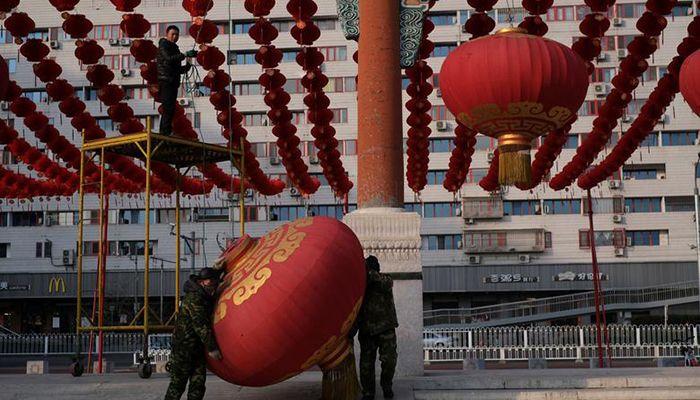 চীনের রাজধানী বেজিংয়ে দিতান পার্কে মেলা বাতিল করার পর সাজসজ্জা খুলে ফেলছে শ্রমিকরা। ছবি: রয়টার্স