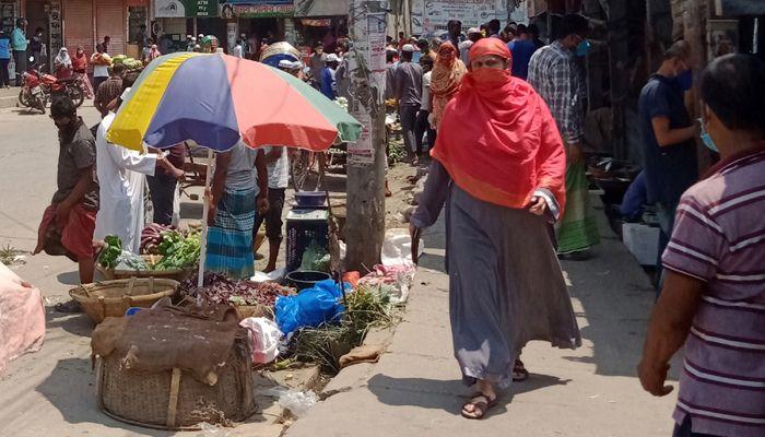 লকডাউন পুরো জেলা। কিন্তু বন্দরবাজারে সেই লকডাউনের কোনো চিহ্ন দেখা যায়নি। ছবি: স্টার মেইল