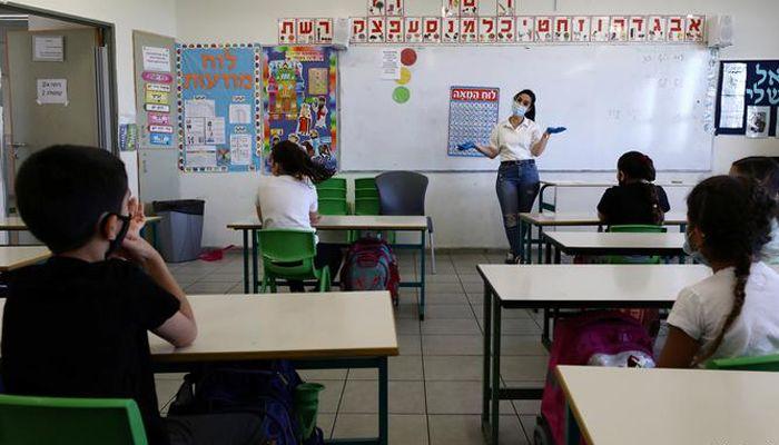 ইসরায়েলের অধিকৃত পশ্চিম তীরেও প্রাথমিক বিদ্যালয় খুলেছে। সেখানেও চলছে স্বাভাবিক জীবনে ফেরার চেষ্টা। ছবি: রয়টার্স
