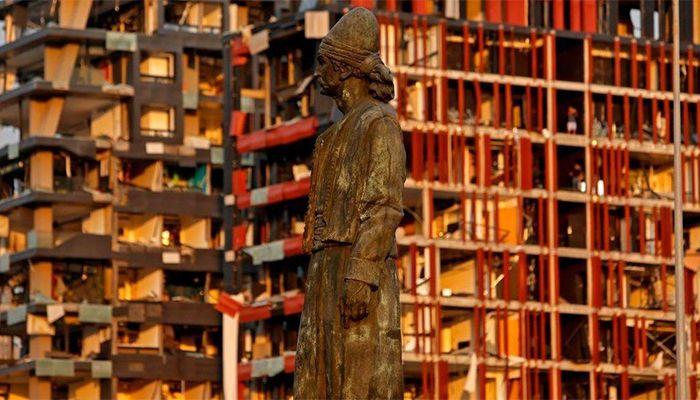বিস্ফোরণে বিধ্বস্ত ভবনগুলোর সামনে অক্ষত লেবাননের ইমিগ্র্যান্ট স্ট্যাচু। ছবি: বিবিসি