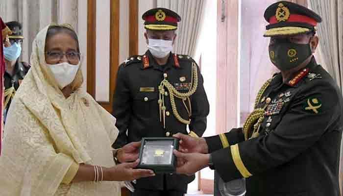 প্রধানমন্ত্রী শেখ হাসিনা আজ শনিবার গণভবনে সেনাবাহিনী প্রধান জেনারেল আজিজ আহমেদের হাতে 'সেনাবাহিনী পদক' তুলে দেন। ছবি: আইএসপিআর