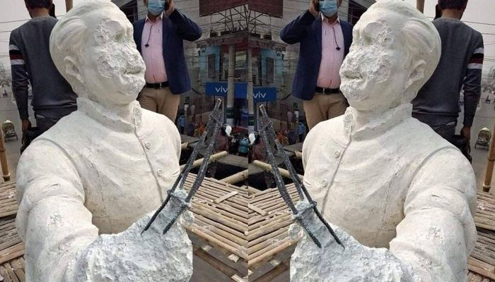 ভাঙচুর করা বঙ্গবন্ধুর ভাস্কর্যের সামনে ফাঁকা গুলি
