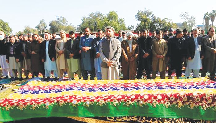 আফগানিস্তানে গুলিতে নিহত সাংবাদিক মালালাই মাইওয়ান্দের জানাজা অনুষ্ঠিত হয় গত ১০ ডিসেম্বর। ছবি: রয়টার্স
