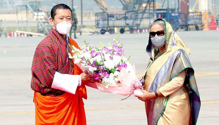 ডা. লোটে শেরিংকে  স্বাগত জানান প্রধানমন্ত্রী শেখ হাসিনা। ছবি: পিআইডি
