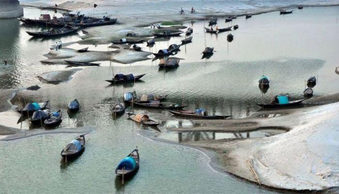 শুষ্ক মৌসুমে অনেক নদীর পানি শুকিয়ে পলি জমতে থাকে-ছবি বিবিসি