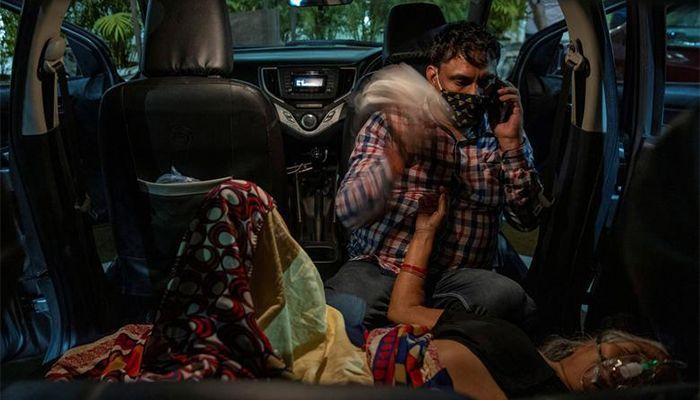 গাজিয়াবাদে গুরুদুয়ারায় গাড়ির ভেতরেই করোনা আক্রান্ত এক নারীকে অক্সিজেন দেয়া হচ্ছে। ছবি: রয়টার্স