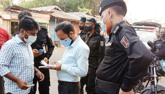 স্বাস্থ্যবিধি না মানায় মামলা দিচ্ছেন মোবাইল কোর্ট। ছবি: হবিগঞ্জ প্রতিনিধি