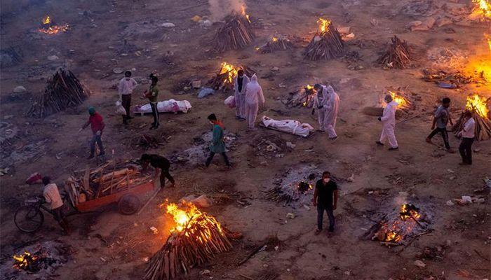 নয়াদিল্লির একটি শ্মশানে করোনায় মৃতদের সৎকার করা হচ্ছে। ছবি: রয়টার্স
