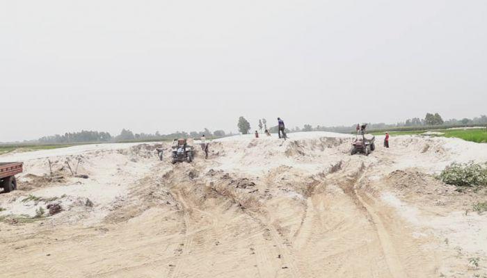 স্তুপ করে রাখা নদী খননে বালু। ছবি: দিনাজপুর প্রতিনিধি