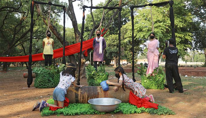 সোমবার উদ্যানের ভেতরে 'সবুজহীনতায় মৃত্যুর উপাখ্যান'  শীর্ষক 'পার্ফমিং আর্ট' প্রদর্শনী করে কয়েকজন অভিনয় শিল্পী। -স্টার মেইল