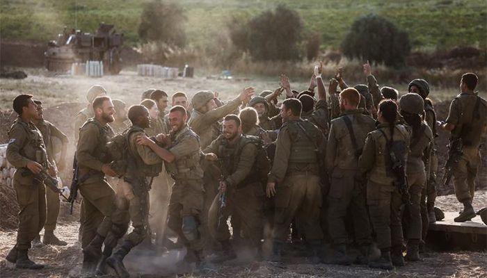 গাজা ও ইসরায়েল সীমান্তে ইসরায়েলি আর্টিলারি ইউনিটের সেনাদের উল্লাস। ছবি : রয়টার্স