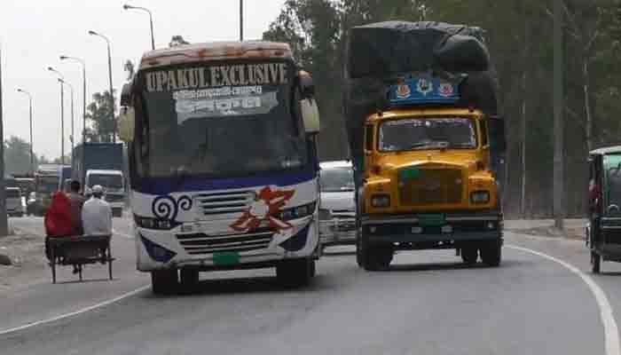 ঢাকা-টাঙ্গাইল মহাসড়কে চলছে দূরপাল্লার বাস / ছবি : টাঙ্গাইল প্রতিনিধি