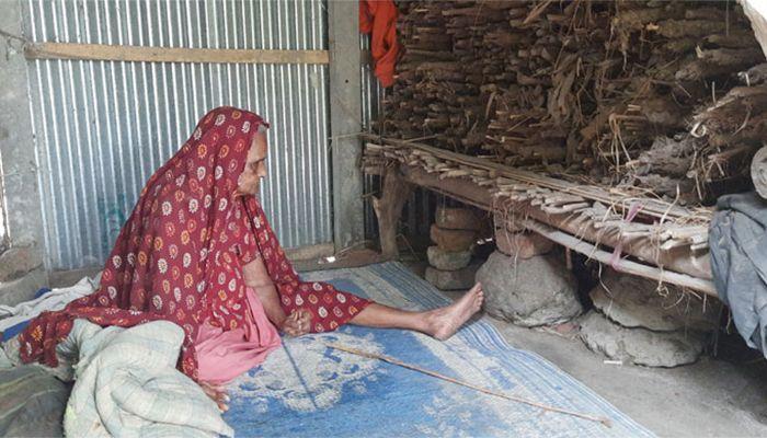 শতবর্ষী খাতুন নেছার জায়গা হয়েছে একটি ঝুপড়ি ঘরে। ছবি : শরীয়তপুর প্রতিনিধি