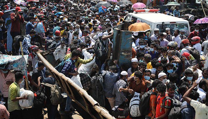 মুন্সীগঞ্জের শিমুলিয়া ঘাটে ঘরমুখো মানুষের ঈদযাত্রা। ছবি: স্টার মেইল