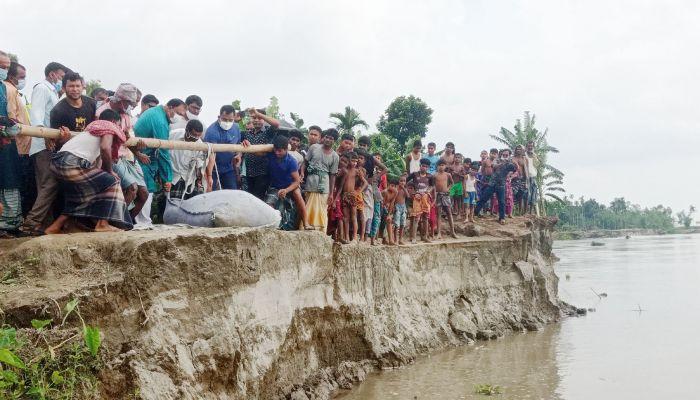 ব্রহ্মপুত্র নদী পাড়ে বালু ভর্তি জিও ব্যাগ ফেলানো শুরু হয়েছে