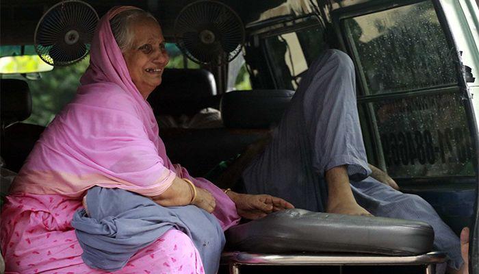 মুগদা মেডিকেল কলেজ হাসপাতালে করোনায় আক্রান্ত ব্যক্তির স্বজনের আর্তনাদ। ছবি: স্টার মেইল