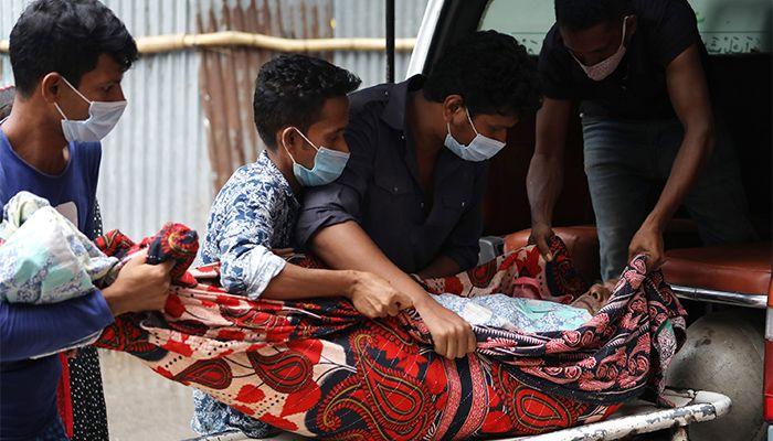 করোনায় আক্রান্তদের নিয়ে রাজধানীর শহীদ সোহরাওয়ার্দী মেডিকেল কলেজ হাসপাতালে ছুটছেন স্বজনরা। ছবি: স্টার মেইল