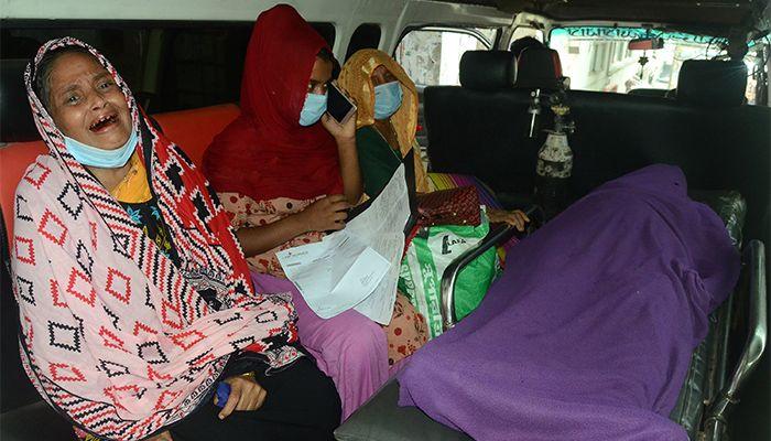 রাজধানীর করোনা হাসপাতালগুলোতে রোগী নিয়ে ছুটছেন স্বজনরা। ছবি: স্টার মেইল