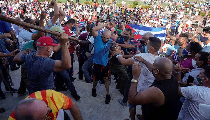 কিউবায় কমিউনিস্ট সরকারের বিরুদ্ধে বিক্ষোভ হয়েছে। ছবি : এএফপি
