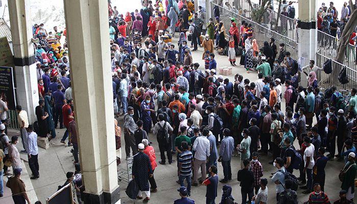 রাজধানীর কমলাপুর রেলওয়ে স্টেশনে ঘরমুখো মানুষের ভিড়। ছবি: স্টার মেইল
