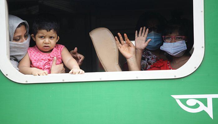 কমলাপুর থেকে ট্রেন ছাড়ায় অপেক্ষায়। ছবি: স্টার মেইল