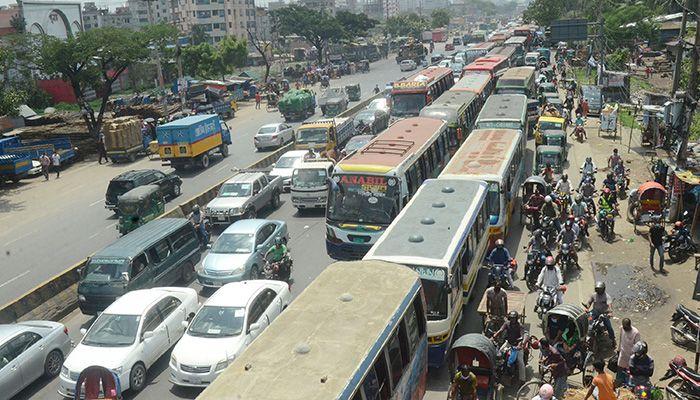 ঢাকা-চট্টগ্রাম মহাসড়কের সাইনবোর্ড এলাকায় যানজট। ছবি: স্টার মেইল