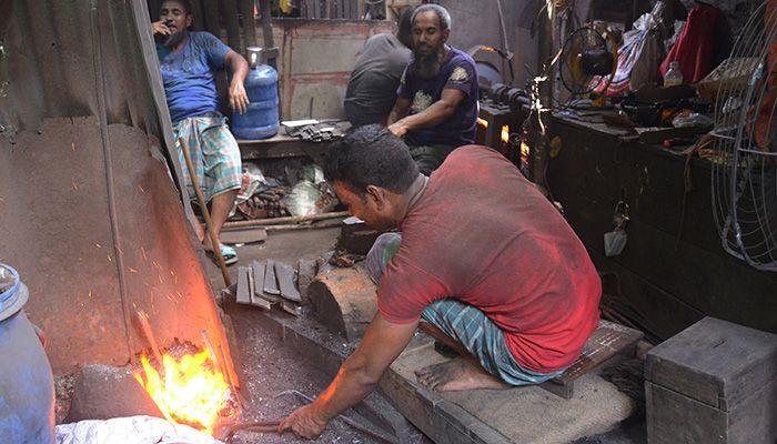 সরঞ্জাম তৈরির কাজে ব্যস্ত কামারশিল্পীরা। ছবি: স্টার মেইল