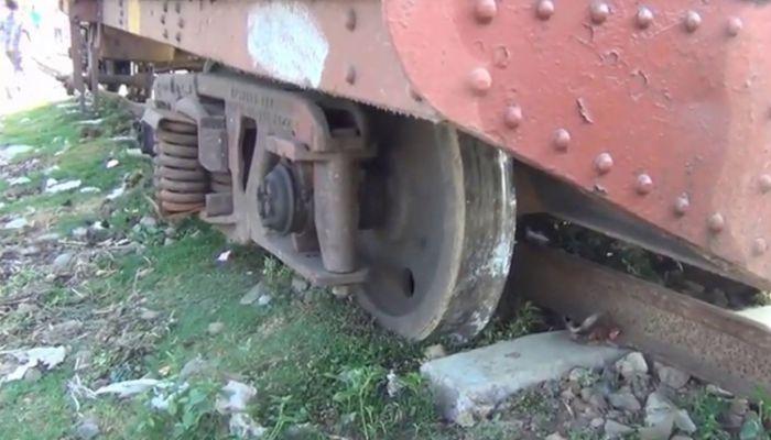 তেলবাহী রেল ট্যাংকারের পাঁচটি বগি লাইনচ্যুত