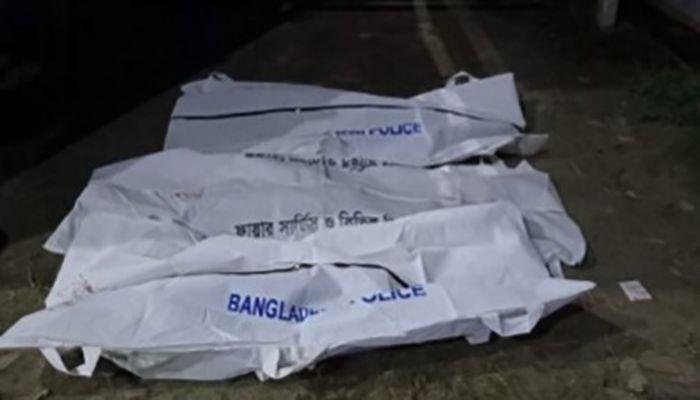 হতাহতদের উদ্ধার করে শিবচর ফায়ার সার্ভিস ও শিবচর হাইওয়ে থানা পুলিশ। ছবি : মাদারীপুর প্রতিনিধি