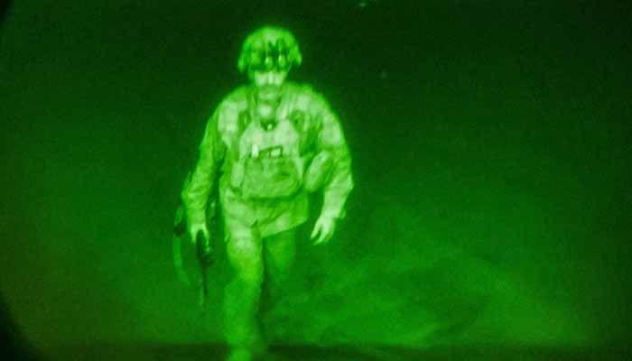 মার্কিন বাহিনীর সর্বশেষ সদস্য হিসেবে আফগানিস্তান ত্যাগ করছেন মেজর জেনারেল ক্রিস ডোনাহু। ছবি : টুইটার