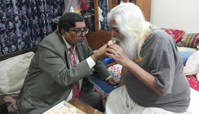 সিরাজুল আলম খানকে মিষ্টি খাওয়াচ্ছেন মাহবুব তালুকদার